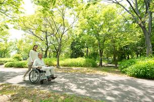 車椅子の老人と女性の写真素材 [FYI02829307]