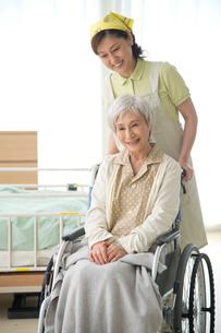 車椅子の老人と介護ヘルパーの写真素材 [FYI02829312]