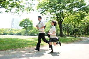 走る夏服高校生カップルの写真素材 [FYI02829316]