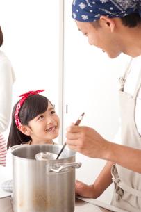 キッチンで料理する父と女の子の写真素材 [FYI02829323]