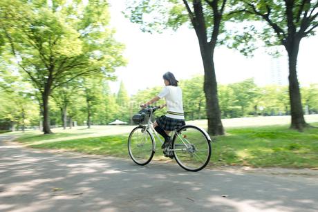自転車の夏服女子高生の写真素材 [FYI02829325]