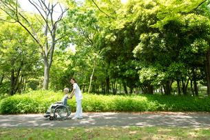 車椅子の老人と看護師の写真素材 [FYI02829352]