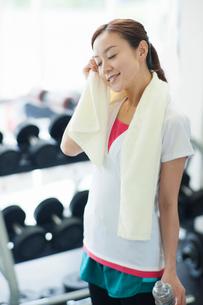 汗を拭う女性の写真素材 [FYI02829365]
