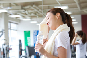 汗を拭う女性の写真素材 [FYI02829366]