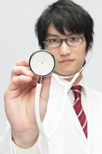 聴診器を持つ白衣を着た男性の写真素材 [FYI02829369]