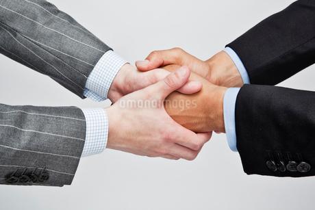 握手するビジネスマンの写真素材 [FYI02829377]