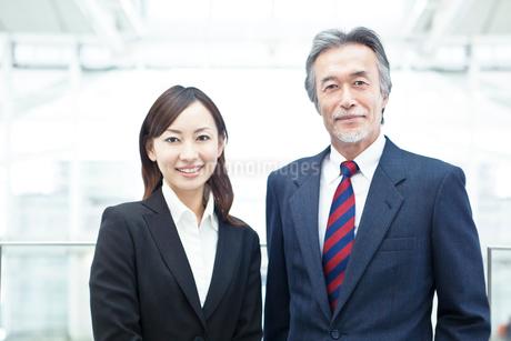 笑顔のビジネスマンとビジネスウーマンの写真素材 [FYI02829407]