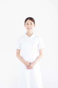 白衣を着た笑顔の看護師の写真素材 [FYI02829425]