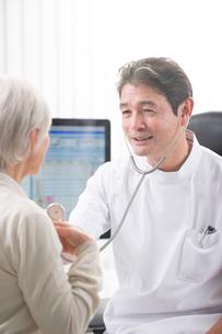 聴診器で診察する医者と患者の写真素材 [FYI02829432]