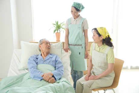 介護ベッドの老人と介護ヘルパーの写真素材 [FYI02829441]