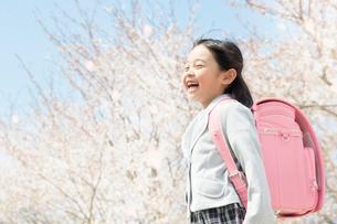 ランドセルを背負った笑顔の女の子の写真素材 [FYI02829453]