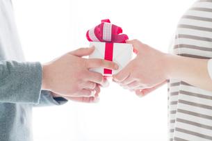 プレゼントボックスを持つカップルの手元の写真素材 [FYI02829460]