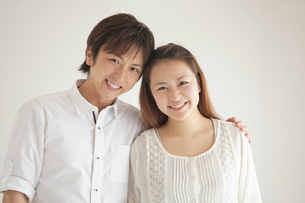 笑顔で寄り添うカップルの写真素材 [FYI02829477]