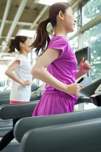 ランニングマシンで走る女性の写真素材 [FYI02829483]