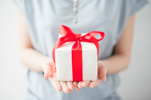 プレゼントを持つ女性の手の写真素材 [FYI02829486]