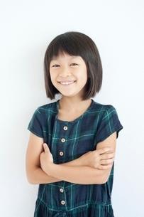 腕組みをする笑顔の女の子の写真素材 [FYI02829508]