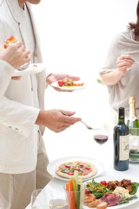 ホームパーティーでオードブルを食べる人達の写真素材 [FYI02829510]