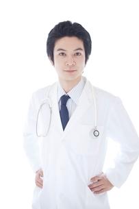 白衣を着た男性の写真素材 [FYI02829540]