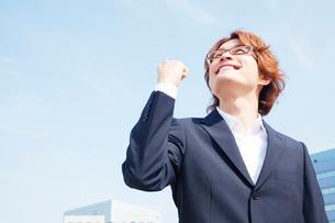 ガッツポーズする笑顔のビジネスマンの写真素材 [FYI02829542]
