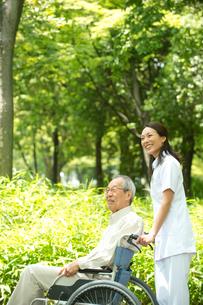 車椅子の老人と看護師の写真素材 [FYI02829617]