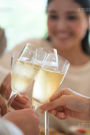 シャンパンで乾杯をする仲間の手元の写真素材 [FYI02829626]