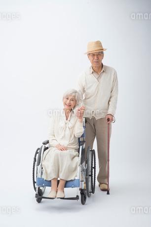 車椅子のシニア女性と帽子とステッキの旦那様の写真素材 [FYI02829632]