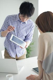 タブレットPCを使って打合せをする男女の写真素材 [FYI02829634]