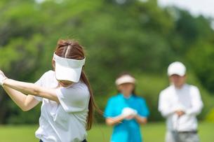 ゴルフをする家族の写真素材 [FYI02829646]
