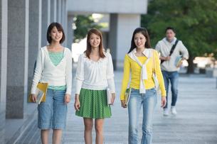 キャンパスを歩く女子大生三人の写真素材 [FYI02829652]