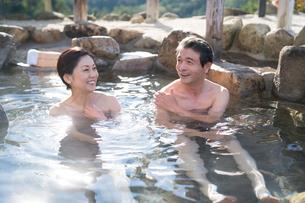 露天風呂の中高年夫婦の写真素材 [FYI02829665]