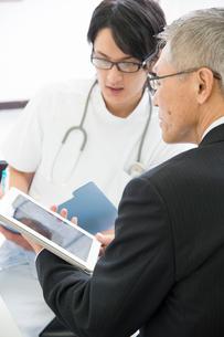 情報提供するMRと医者の写真素材 [FYI02829706]