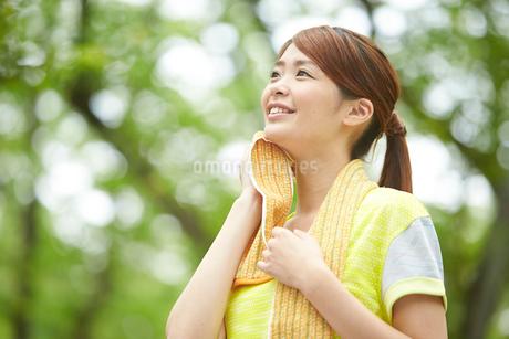 タオルで汗を拭く女性の写真素材 [FYI02829710]