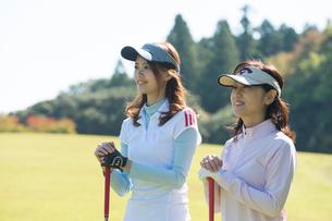 ゴルフをする母と娘の写真素材 [FYI02829724]