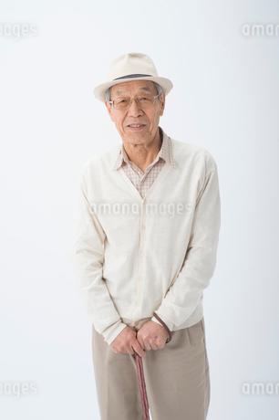 帽子とステッキのシニア男性の写真素材 [FYI02829737]