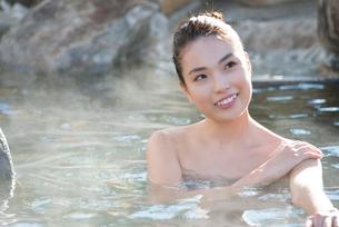 露天風呂の20代女性の写真素材 [FYI02829738]