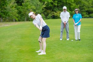 ゴルフをする家族の写真素材 [FYI02829768]