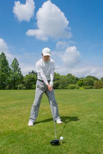 ゴルフをする中高年男性の写真素材 [FYI02829772]