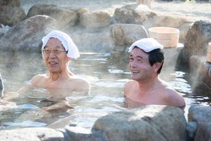露天風呂の父と息子の写真素材 [FYI02829775]