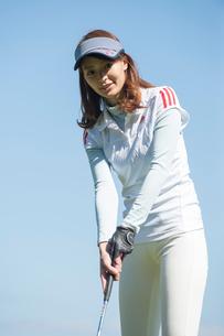 ゴルフをする20代女性の写真素材 [FYI02829776]