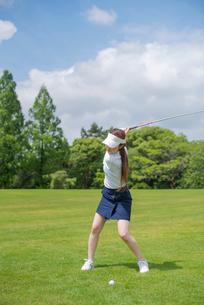 ゴルフをする20代女性の写真素材 [FYI02829808]