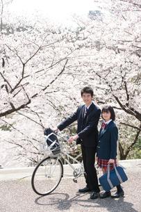 桜と自転車の高校生男女の写真素材 [FYI02829811]
