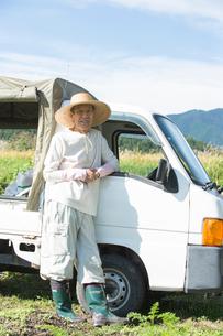 農作業するシニア男性と軽トラックの写真素材 [FYI02829813]
