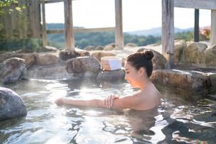 露天風呂の20代女性の写真素材 [FYI02829819]