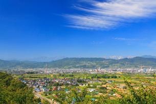 妻女山展望台から望む白馬岳など北アルプスと篠ノ井の街並の写真素材 [FYI02829837]