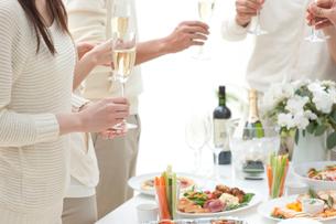 シャンパンを手に持つホームパーティーのお客様の写真素材 [FYI02829843]