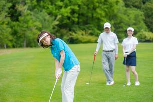 ゴルフをする家族の写真素材 [FYI02829847]