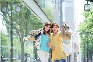 ショッピングで手提袋を見せる女性2人の写真素材 [FYI02829849]