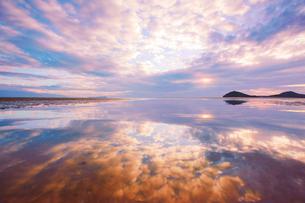 父母ヶ浜の水鏡と夕日の写真素材 [FYI02829870]