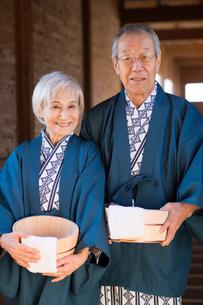 温泉で浴衣と羽織のシニア夫婦の写真素材 [FYI02829876]