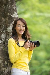 一眼レフカメラで写真を撮る女性の写真素材 [FYI02829954]